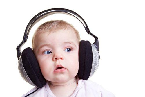 bebe écoutant de la musique